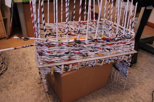 Плетеный домик из газетных трубочек для кошки своими руками