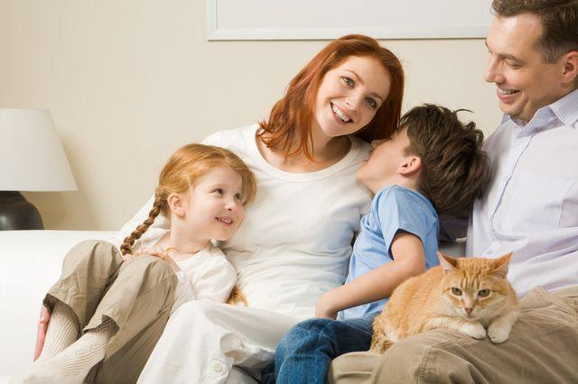 Семья с кошкой