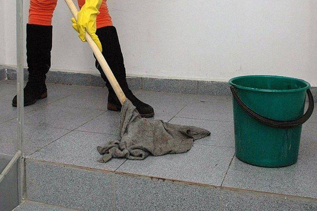 Уборщица моет подъезд